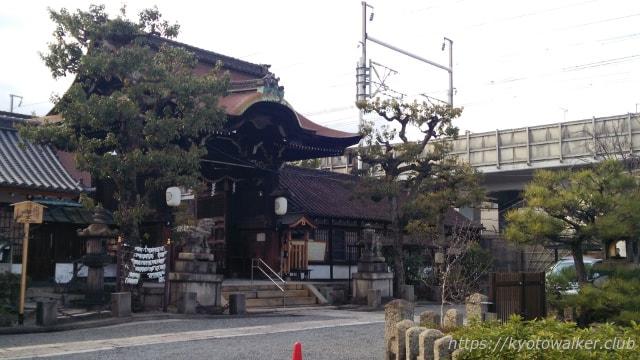 六孫王神社社務所前から見た拝殿と新幹線の高架