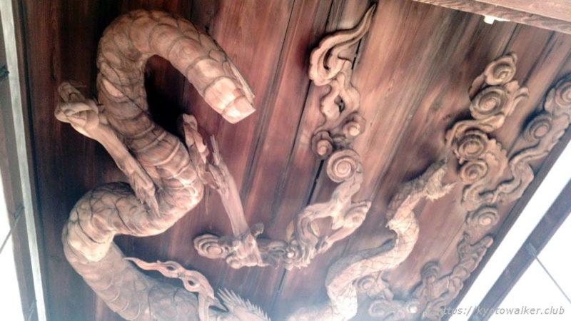修復中で首を外された状態の瀧尾神社の拝殿の天井の龍