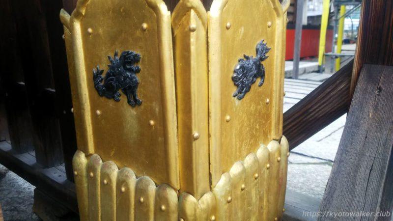 瀧尾神社の社殿の柱の足元