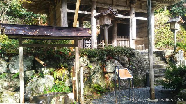 峰定寺手水と仁王門