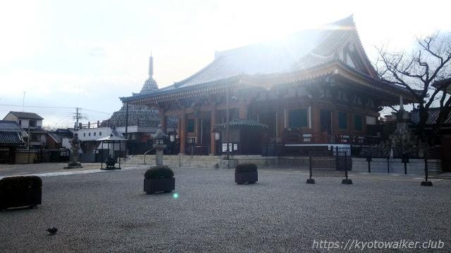 壬生寺 本堂と千体仏塔