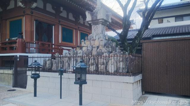 壬生寺本堂横仏塔
