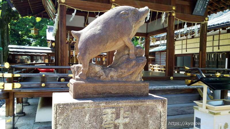 護王神社拝殿前の吽狛亥