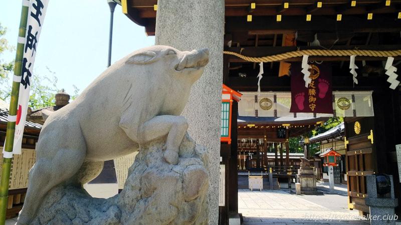 護王神社門の外の吽の狛亥