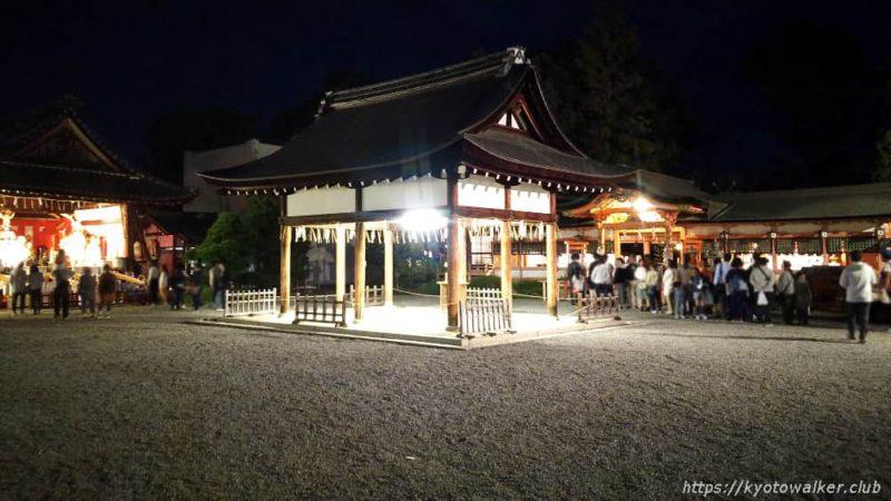 春日祭の夜の西院春日神社の境内2