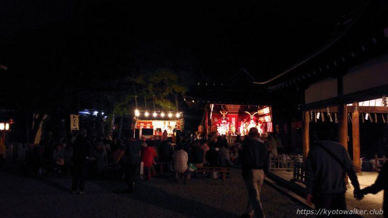 春日祭の夜の西院春日神社の境内1