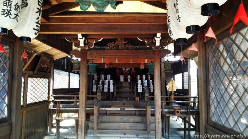 剣神社 拝所から本殿を覗く。