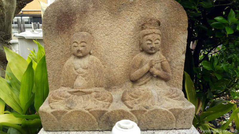 誠心院 案内板の下の石像