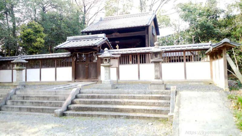 菱妻神社社殿を東側から