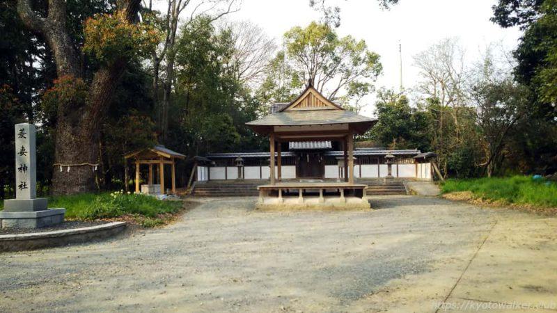 菱妻神社の境内を正面から