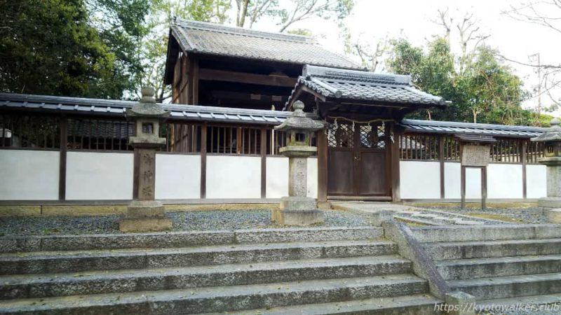 菱妻神社の社殿を西側から