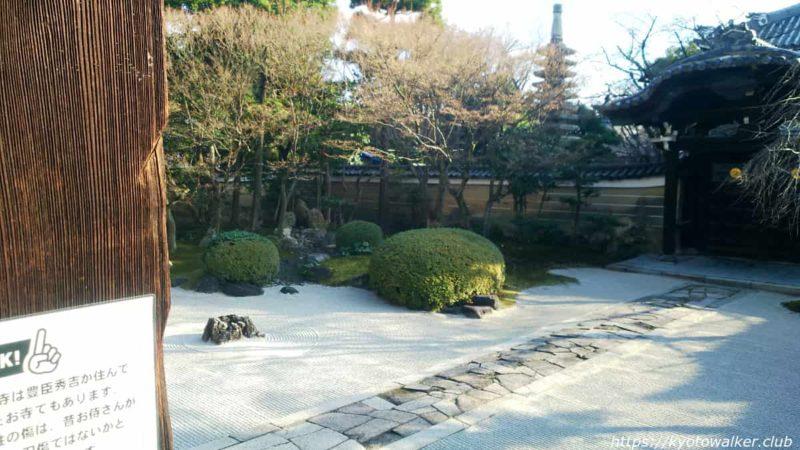 妙顕寺 勅使門中から 20200102
